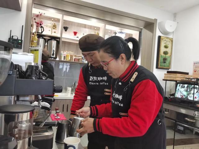 """西安""""无声""""咖啡馆招残障店员 助其融入社会"""
